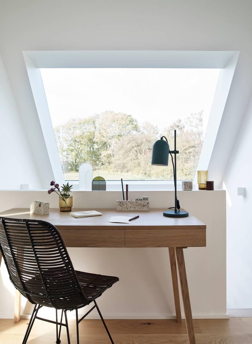 Skrivebord i eik med 3 skuffer - Hübsch
